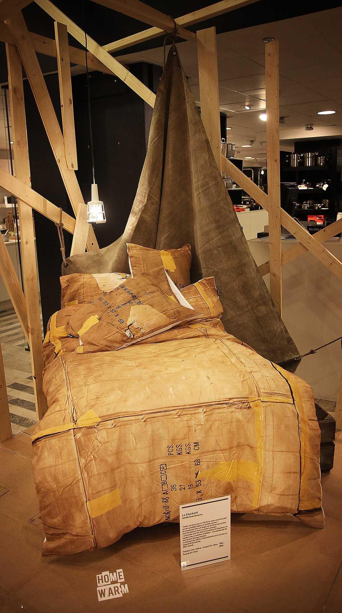 """SAMVETESDESIGN?  Påslakanen med de hoptejpade kartongerna säljs under parollen """"Design with a conscience""""."""