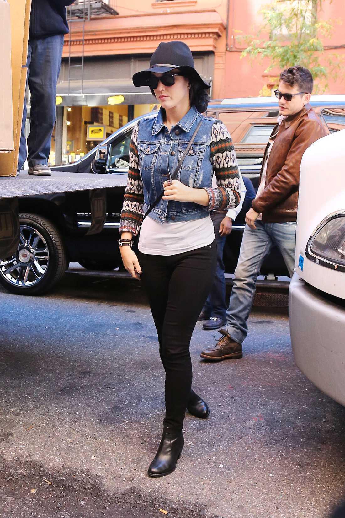 Katy Perry är cowboy-chic i hatt, jeansväst och mönstrad tröja.