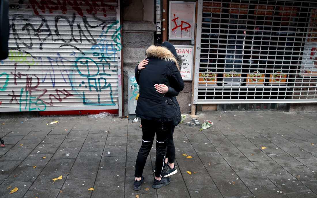 Vänner till de två som sköts tröstar varandra