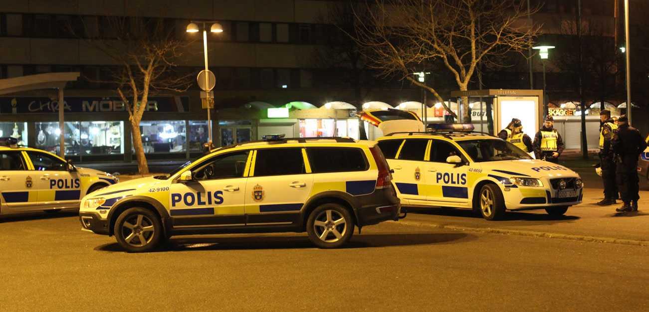 Ett 30-tal omhändertogs av polis.