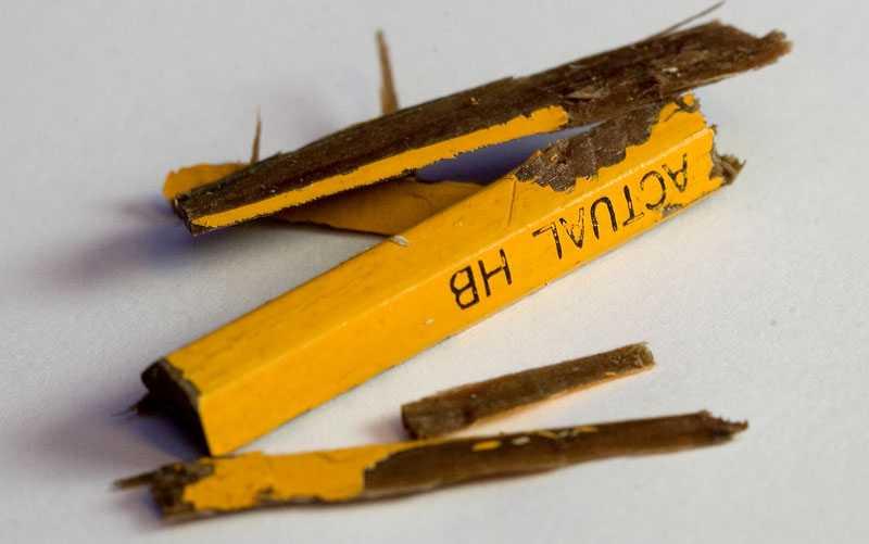 Efter operationen fick morfadern tillbaka resterna av pennan som satt i hans barnbarns huvud. Den uteblivna röntgen var nära att kosta livet på 13-åringen, som ännu inte är återställd.