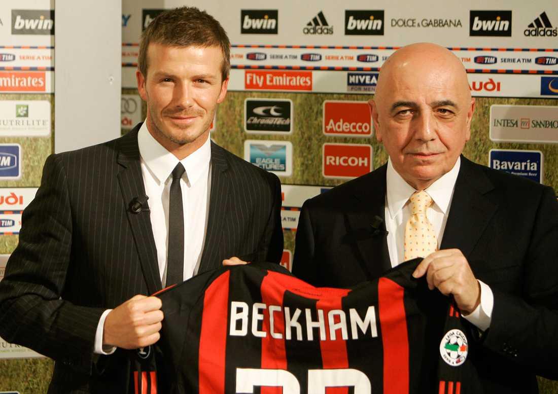 Presenteras som ny Milan-spelare tillsammans med klubbens vice president Adriano Galliani i december 2008.
