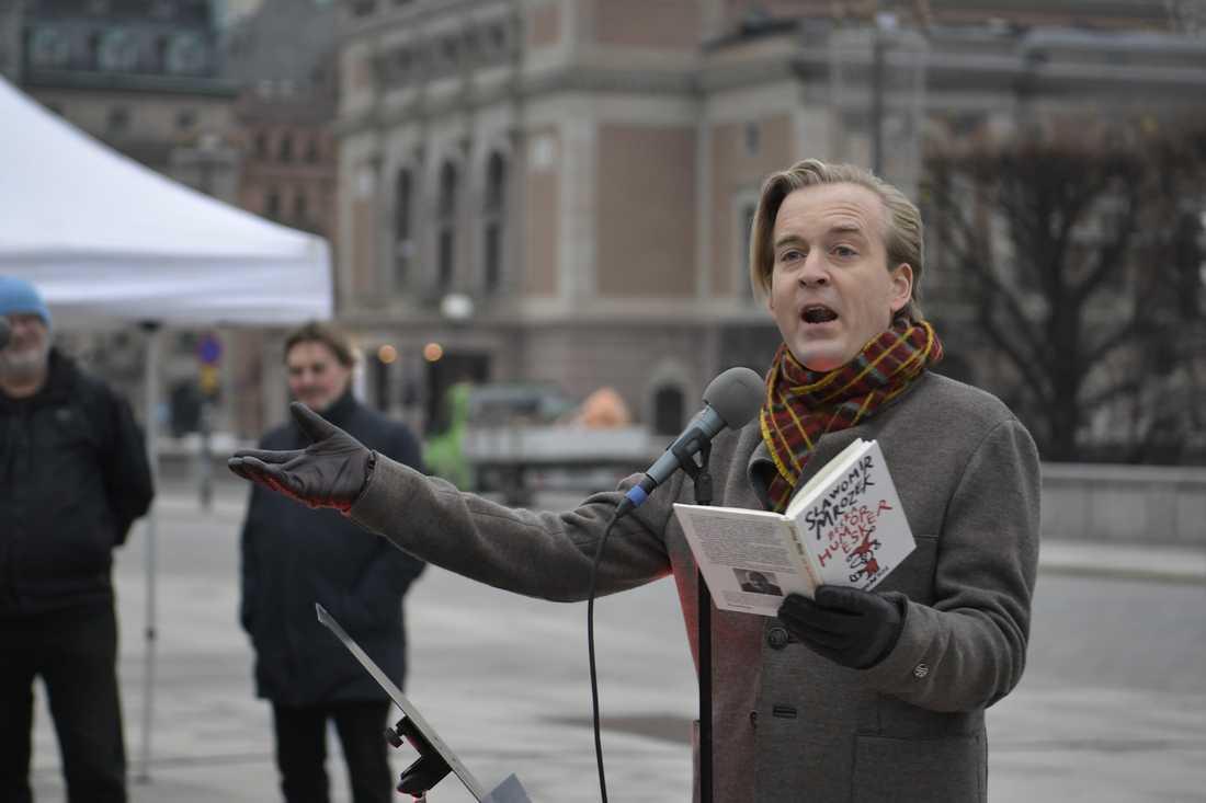 Skådespelaren Andreas T Olsson talar när skådespelare från Dramaten demonstrerar mot publikrestriktioner utanför riksdagshuset.