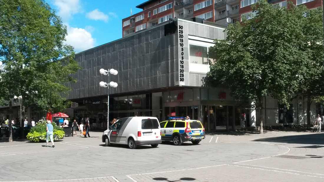 Polisen har inlett en förundersökning om rån och brottsplatsen har spärrats av i väntan på tekniker.