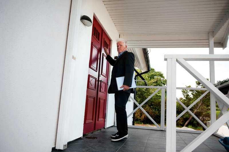 SD:s partiledare Jimmie Åkesson vägrar att svara på frågor om riksdagsledamoten Kent Ekeroths inblandning i Avpixlat. Aftonbladets reporter Pelle Tagesson knackade på hemma hos Åkesson, men förgäves. Ingen öppnade, trots att allt tydde på att de var hemma.
