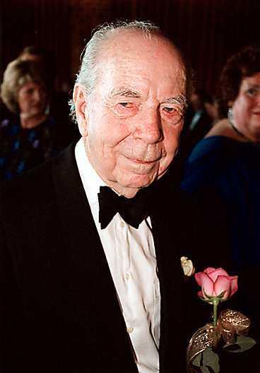 Medan han var i livet stred Sigvard Bernadotte för att få tillbaka sin prinstitel och sin mors smycken. Men kungen vägrade.