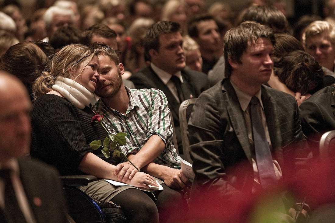 SÖRJDE Många av de överlevande från Utøya och Oslo samlades i Folkets hus i går när socialdemokrater från Norge och Sverige höll minnesstund.