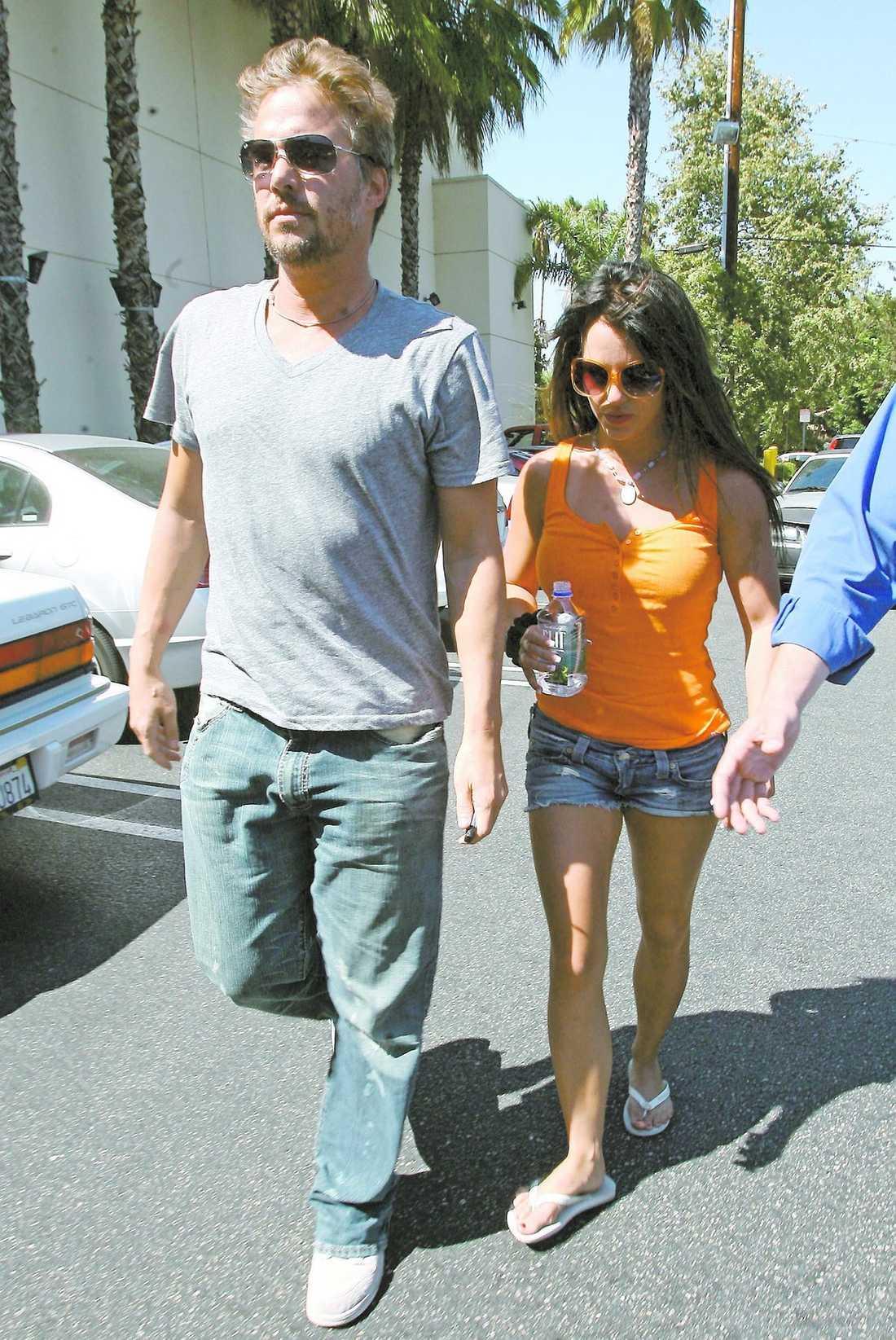 Britney har gjort en vana av att träffa sina kärlekar på jobbet. Justin Timberlake, Kevin Federline och nu senast Britneys agent Jason Trawick, 37. I maj semestrade paret på Bahamas tillsammans med Britneys barn.