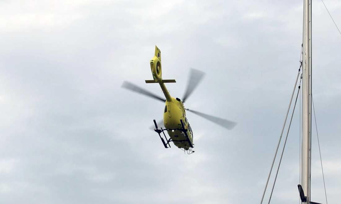Polis, räddningstjänst och ambulanshelikopter är på plats.