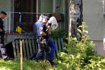 Mordplatsen i Lahäll Det var i den här villan som den 28-årige vitryssen sköts och sedan styckades. På bilden vallas en av de nu dömda männen på platsen.