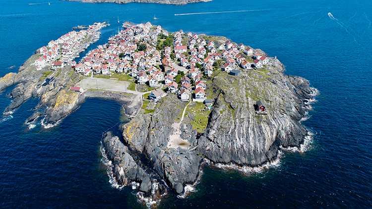 Ålstol är en helt bilfri ö, fylld med trähus.