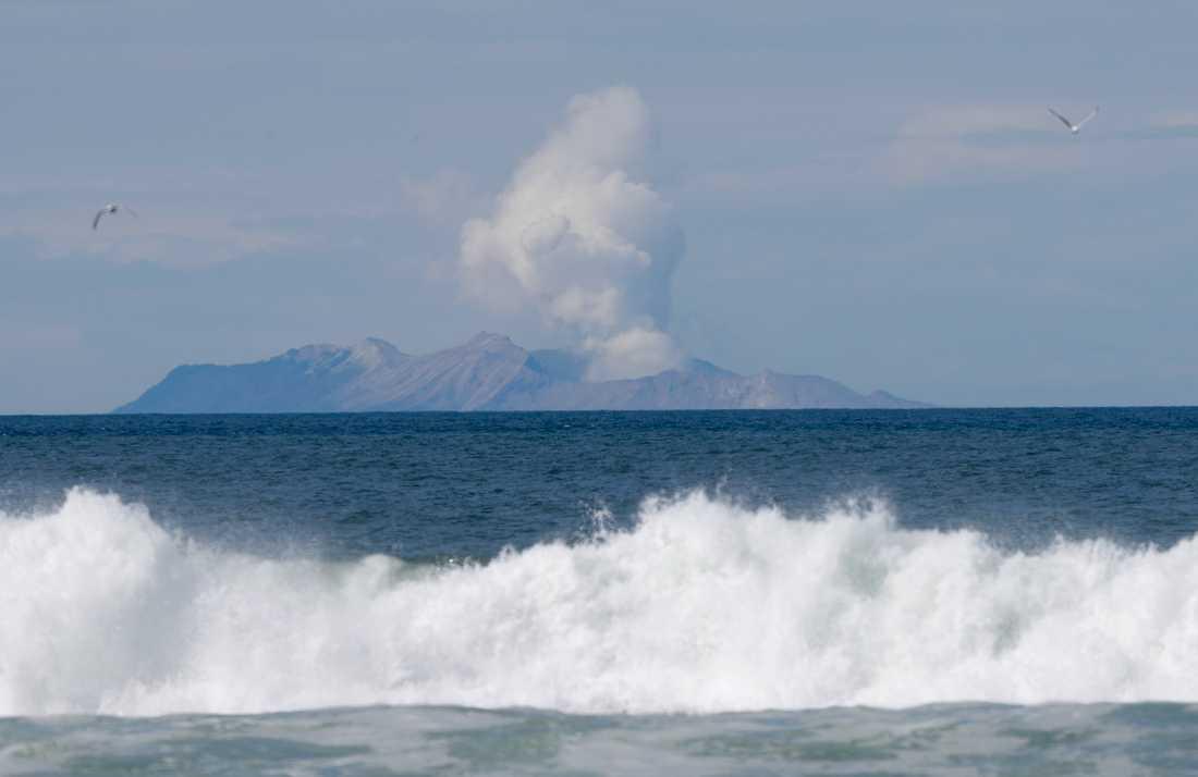 Rök stiger upp från vulkanön White Island i Nya Zeeland, några dagar efter det ödesdigra utbrottet i december 2019.