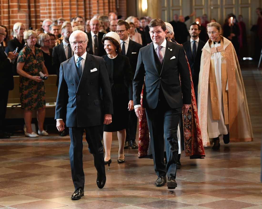 Kung Carl Gustaf, drottning Silvia och riksdagens talman Andreas Norlén tågar in i kyrkan.