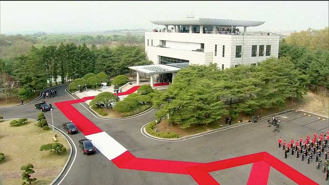 Moon Jae-ins konvoj anlände till Panmunjom strax efter klockan två i natt.