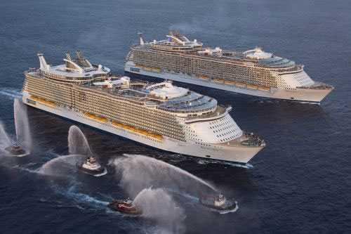 Oasis of the seas möter Allure of the seas Världens största systerfartyg möts för första gången utanför Everglades den 13 november 13 2010.