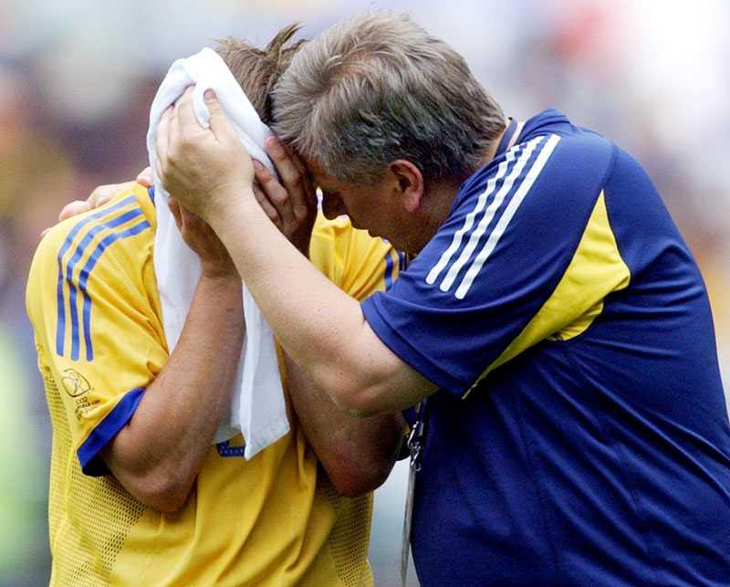...och tröstas av Tommy Söderberg, dåvarande förbundskapten.