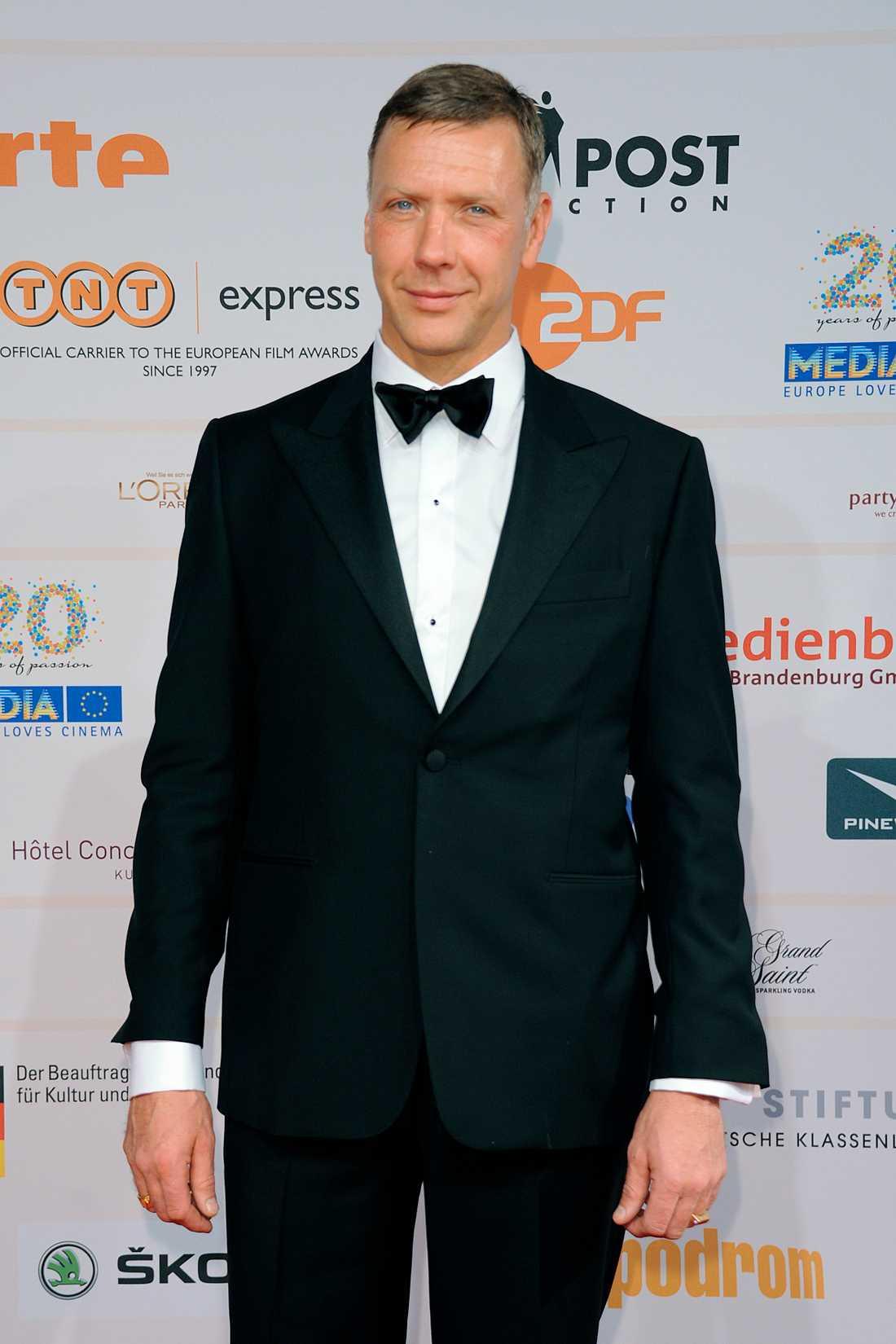 Mikael Persbrandt ser synnerligen snäll ut på filmgalan i Berlin, i klassisk smoking rätt och slätt.