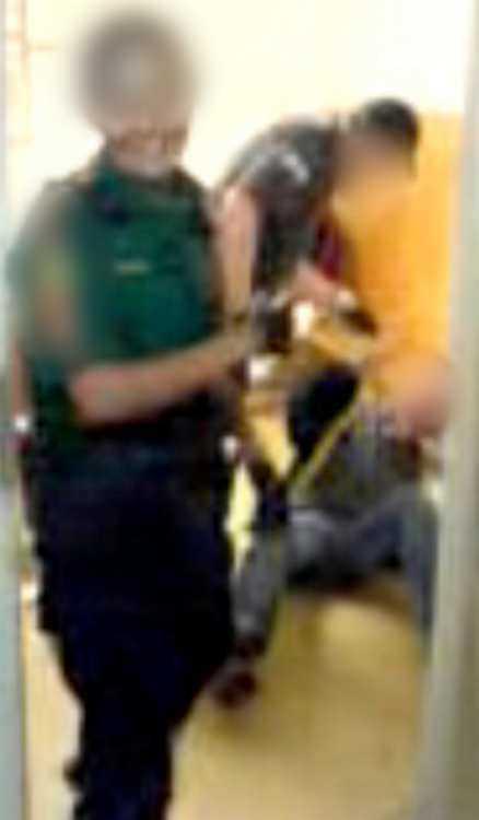 kollegan ler 2. En kvinnlig kollega tittar storleende in i kameran medan händelsen utspelar sig.
