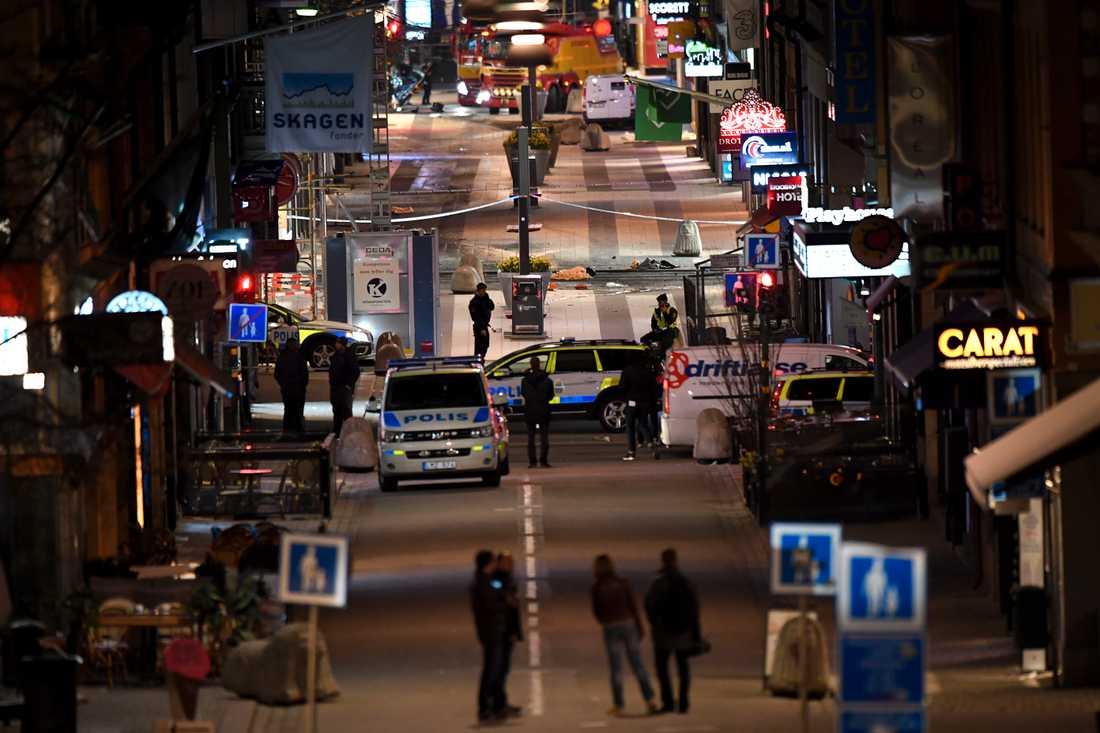 Drottninggatan vid ett-tiden på lördagskvällen.