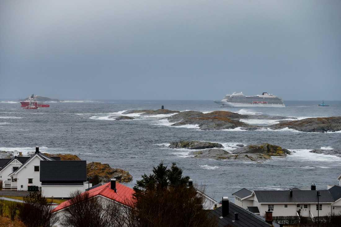 Viking Sky syns från land på väg in i hamn.