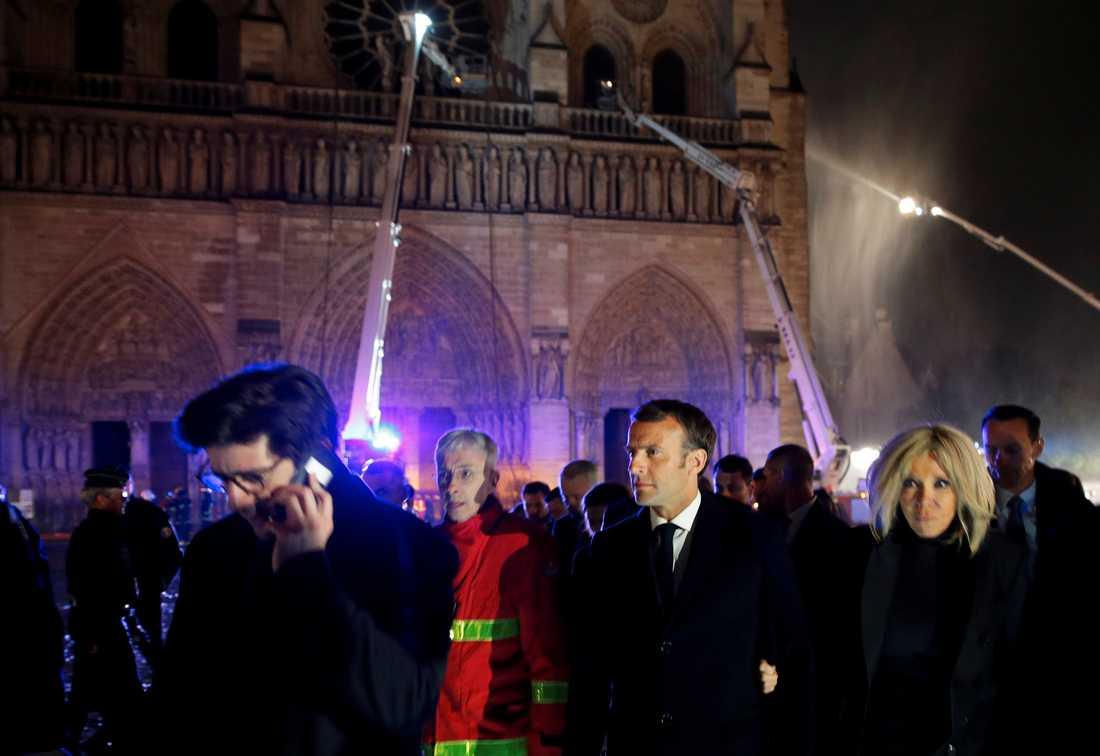 Paris. Måndag 15 april 2019. Frankrikes president Emmanuel Macron och hans fru Brigitte vid branden vid legendariska katedralen Notre Dame.