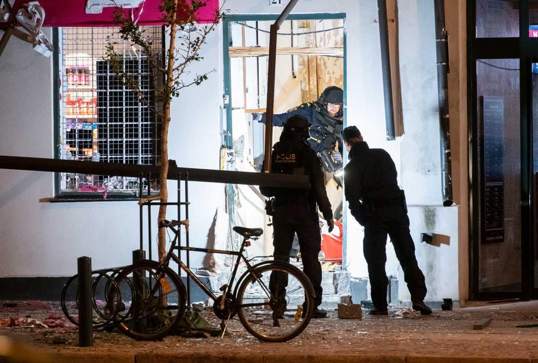 Nationella bombskyddet på plats efter explosionen utanför en livsmedelsbutik i centrala Lund natten till lördag. Arkivbild.