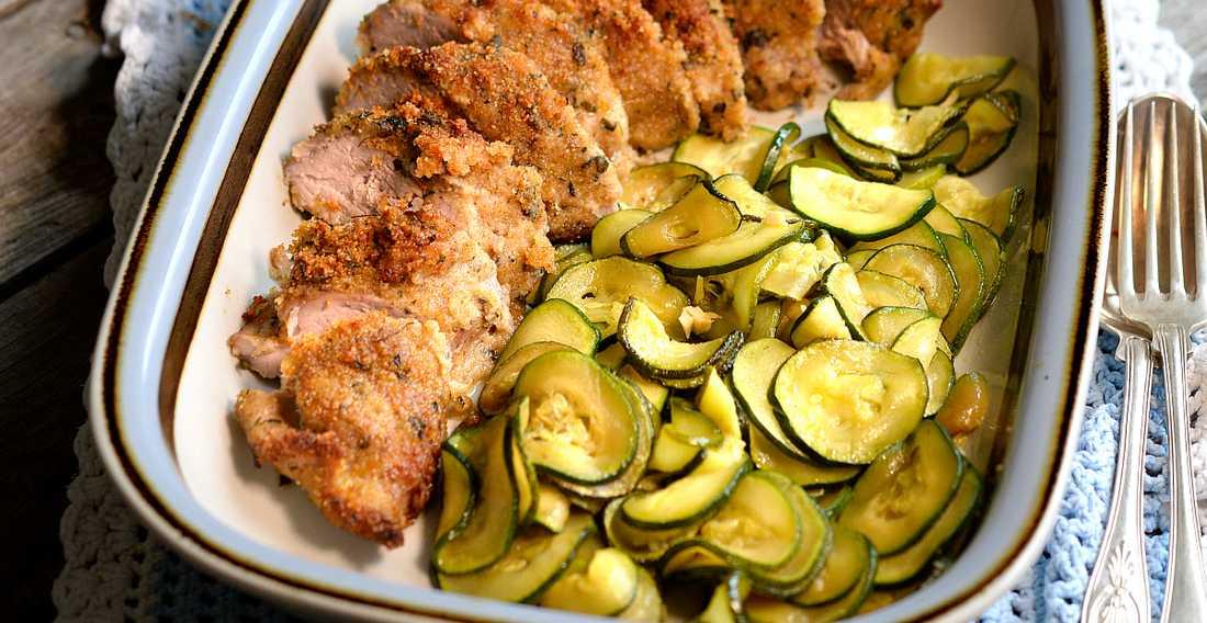 Helstekt fläskfilé med örttäcke, ugnsstekt potatis och friterad zucchini.