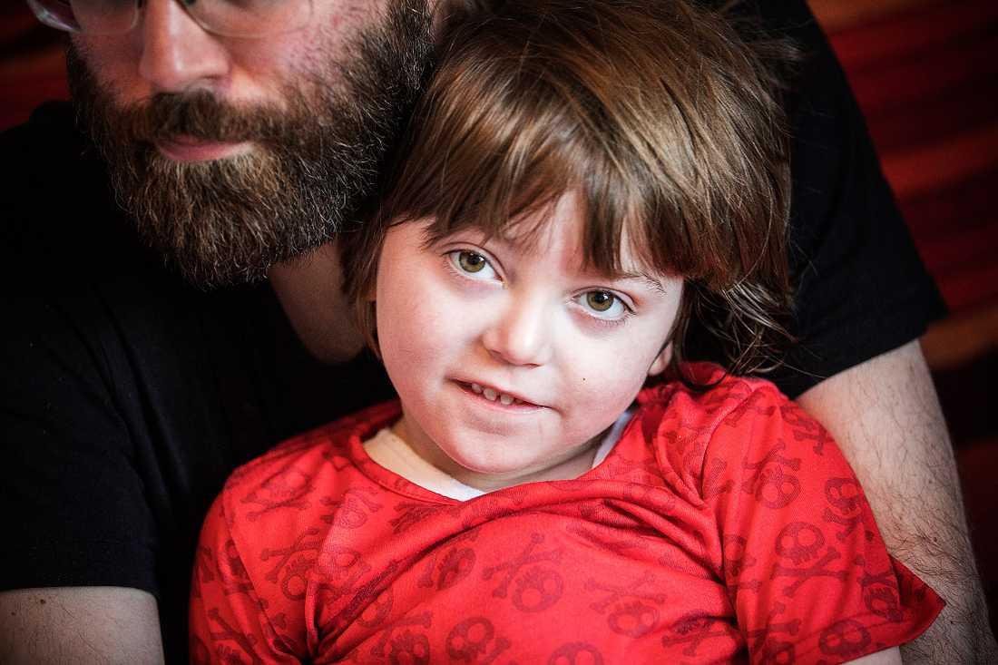 Selma, 6, har en svår hjärnskada och behöver hjälp med allt, men Försäkringskassan har ändå beslutat att dra in all statlig assistans.