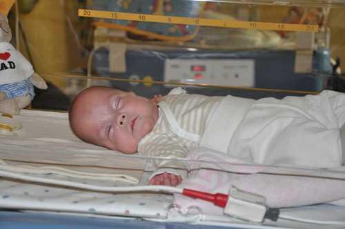 ÖVERLEVARE |Lilla Frieda föddes redan i vecka 21 och klarade sig mot alla odds. Nu har hon fått lämna sjukhuset.