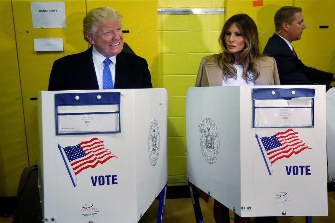 Trump och hans hustru Melania röstar.