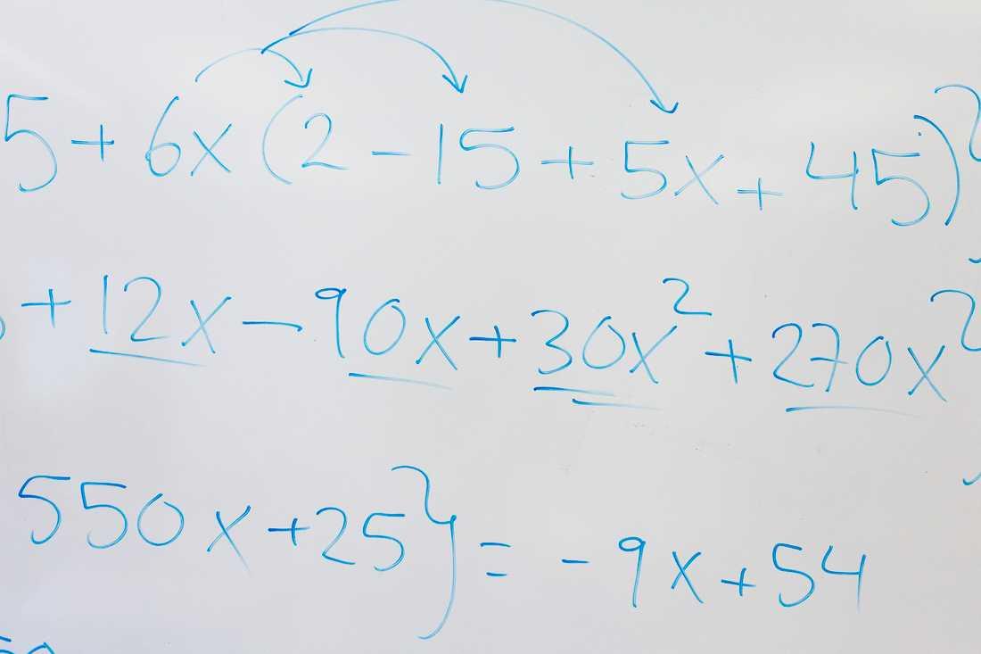 En del av en ekvation som Joel Morales gör med niorna. Foto: JONAS ENG