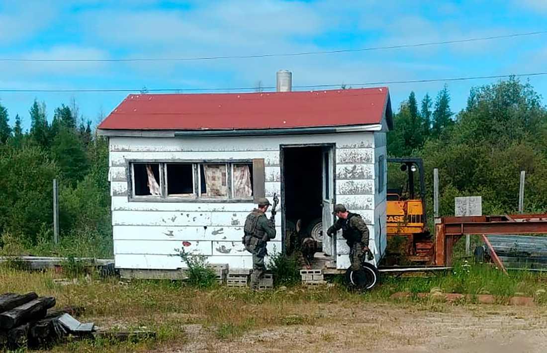 Polisen söker igenom ett hus i jakten på mördarna.