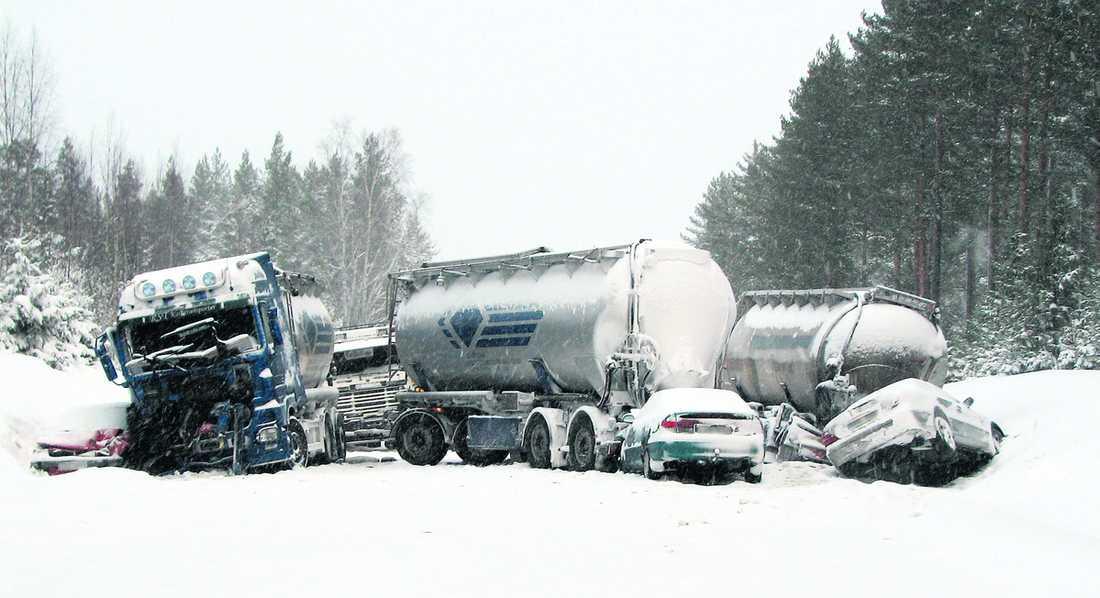 Extremväder Två tank- bilar, en lastbil och flera personbilar körde in i varandra på E4 vid Enånger i går. Det snöade ymningt och var kallt vid olyckstillfället.