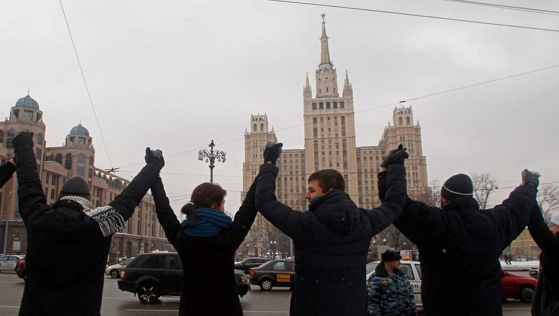 26 februari Tusentals människor håller varandra i händerna i en 16 kilometer lång mänsklig kedja i protest mot Putin.