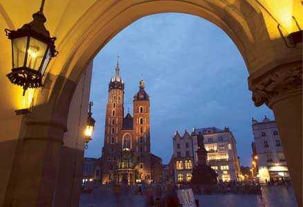 Torget Rynek är Krakows mest kända plats och är ett av de största medeltida torgen i Europa. Här ligger den praktfulla Mariakyrkan och en av världens äldsta saluhallar, den så kallade tyghallen, Sukiennice.
