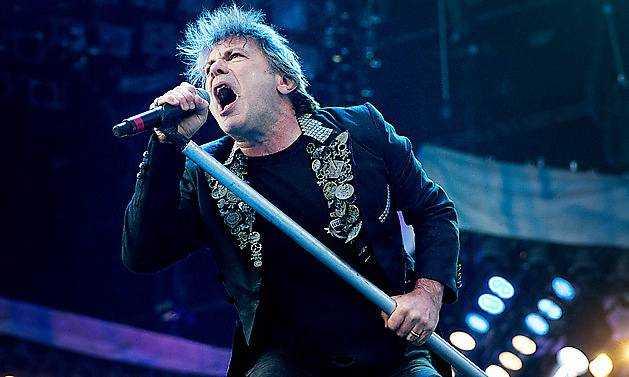 Bruce Dickinson på scen med Iron Maiden.