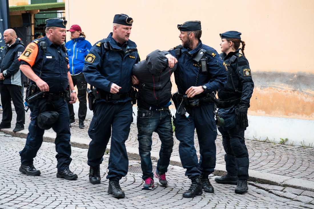 Polisen för bort en man som provocerat Nordiska motståndsrörelsen under deras demonstration.