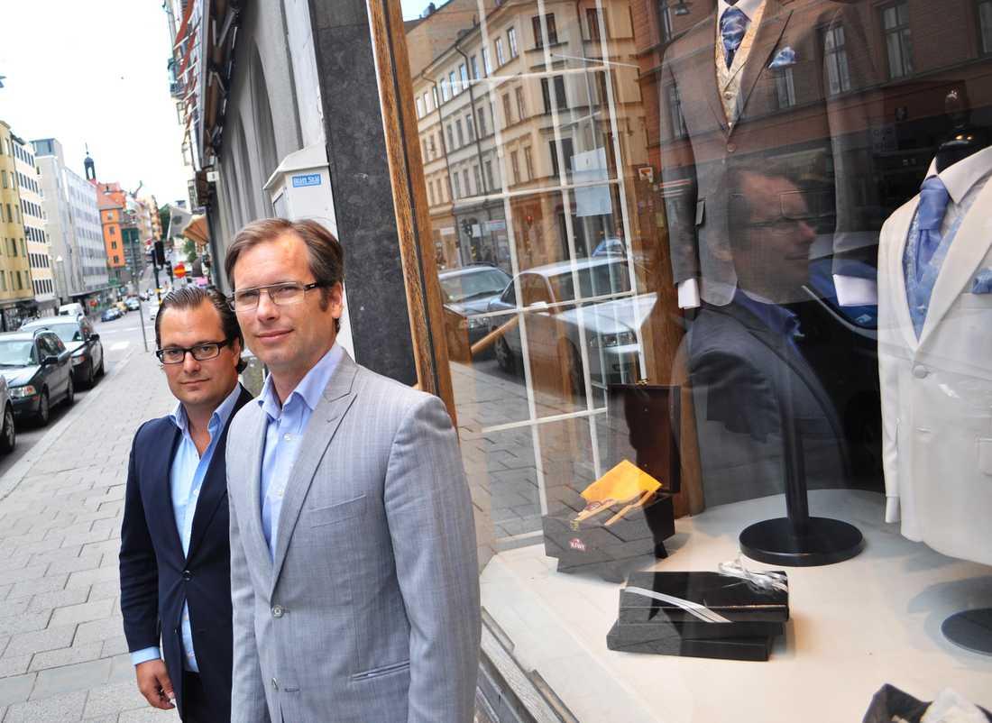 Peter Holmgren och Aleksander Lund framför butiken i Stockholm.