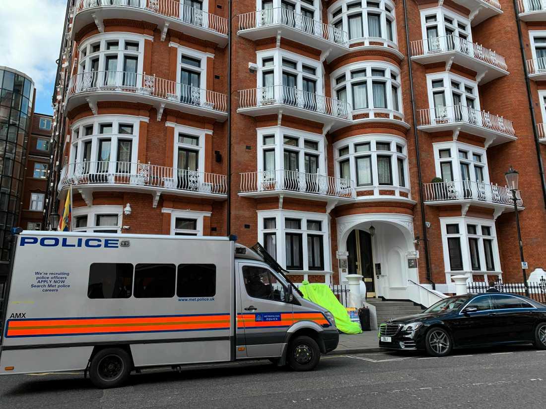 Julian Assange har gripits av brittisk polis och tvingats lämna Ecuadors ambassad där han befunnit sig i sju år.