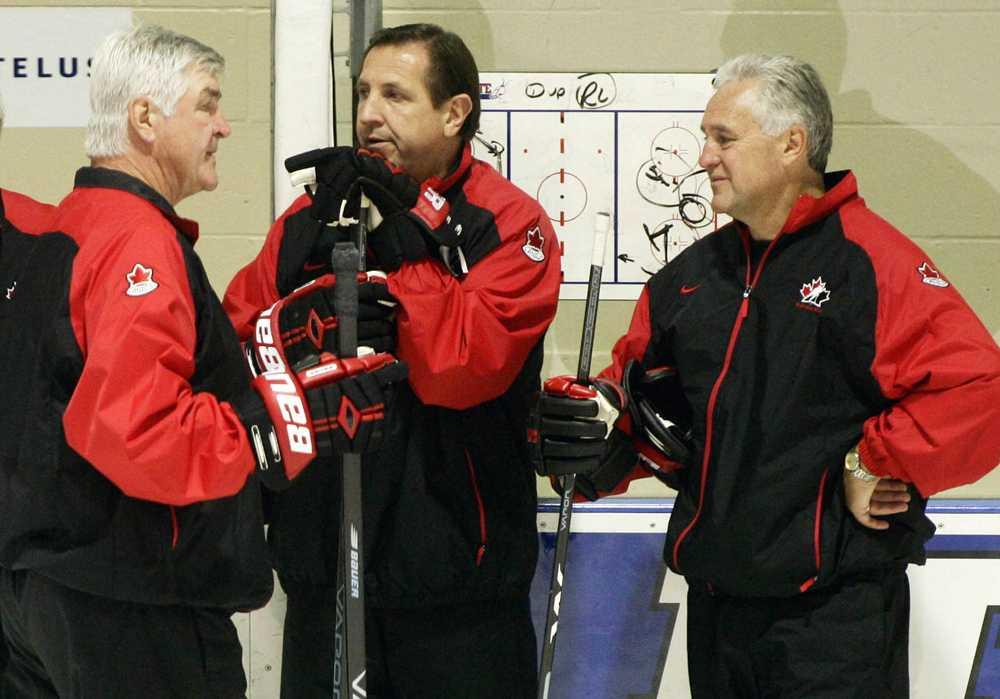 Fleming (t.h.) tillsammans med huvudcoachen Pat Quinn och Jacques Martin (mitten) under ett träningspass med Team Canada under World Cup 2004.