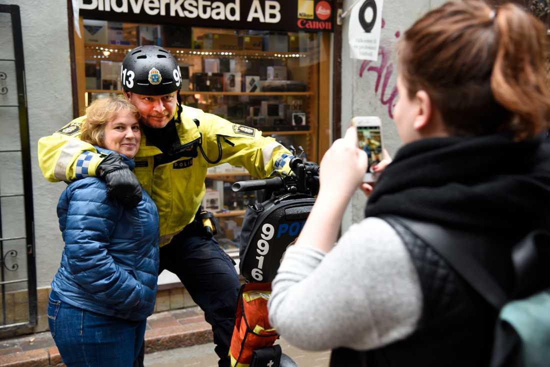Mikael Ericson är polis på Södermalm i Stockholm. Hans arbetsfordon är en segway. Här rullar han fram i Gamla Stan.