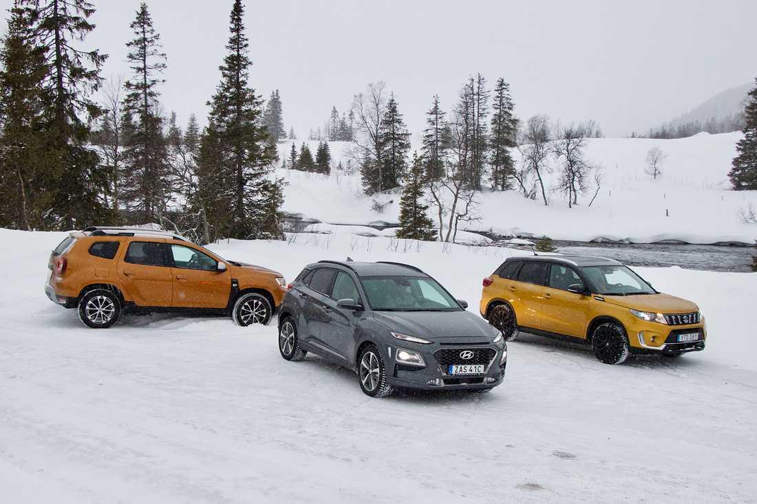 Dacia Duster, Hyundai Kona och Suzuki Vitara i svensk vintermiljö.
