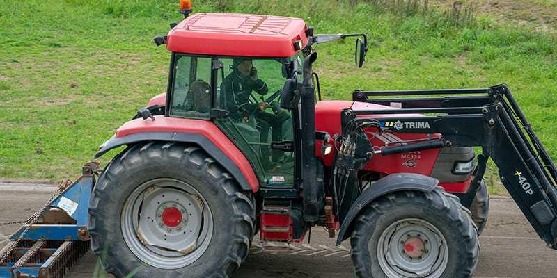 Lutfi Kolgjini jobbar i traktorn.