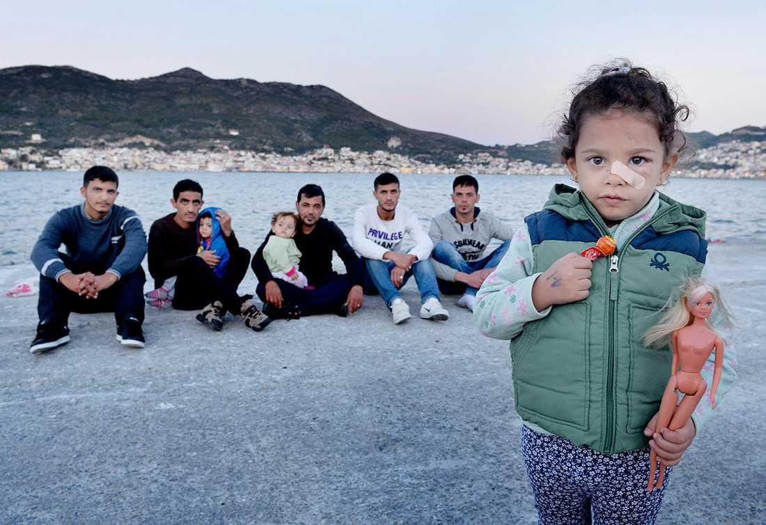 Murad, 20, Tarek, 35, Ziad, 2, Ahmed, 1, Nawras, 32, Ziad, 24, Nuri, 24, Iman, 3, har samlats igen, på trygga land. Imans mamma, Seba, 32, är inte med på bilden. Hon hade feber och låg och sov.