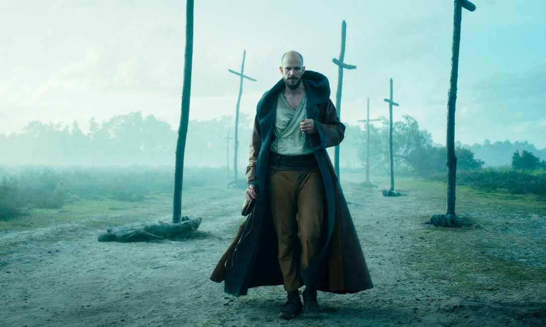 """Gustaf Skarsgård spelar trollkarlen Merlin i den nya fantasyserien """"Cursed"""". Pressbild."""