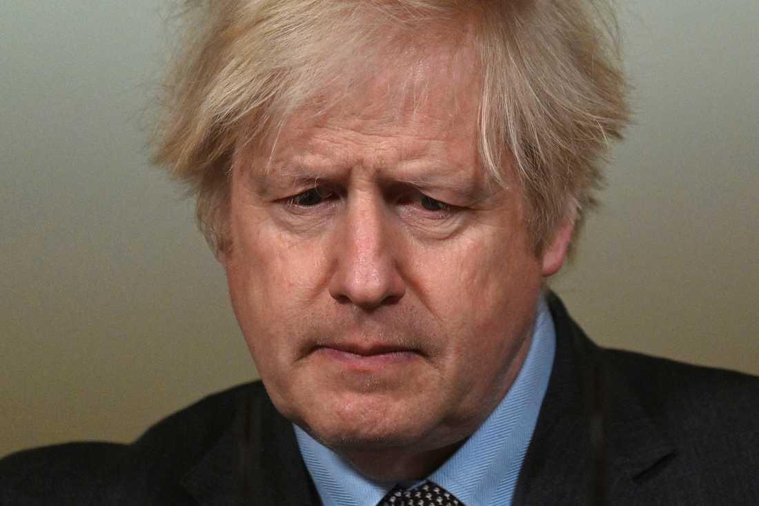 Storbritanniens premiärmister kungör skärpta karantänregler.
