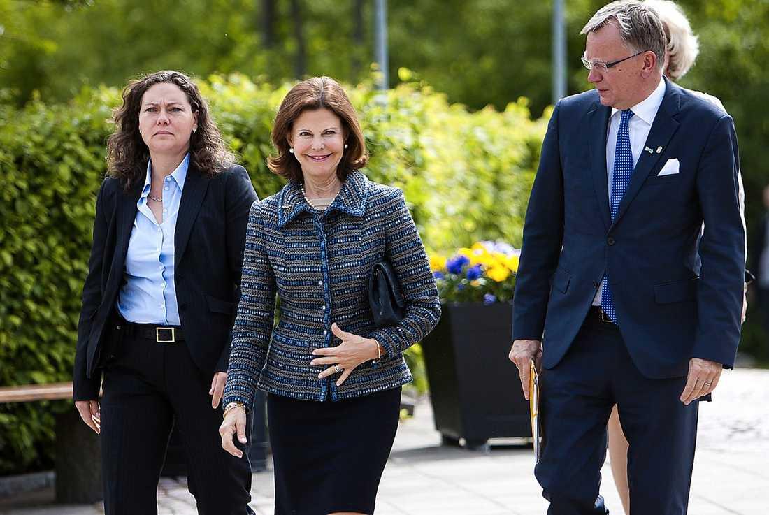 VIFTADE MED BLINGET I går deltog drottning Silvia i en sluten invigning av Gillbergcentrum för neuropsykiatri och utvecklingsneurologi vid Sahlgrenska akademin i Göteborg. Drottningen var på strålande humör och mycket tydlig med att hon bar sin vigselring.