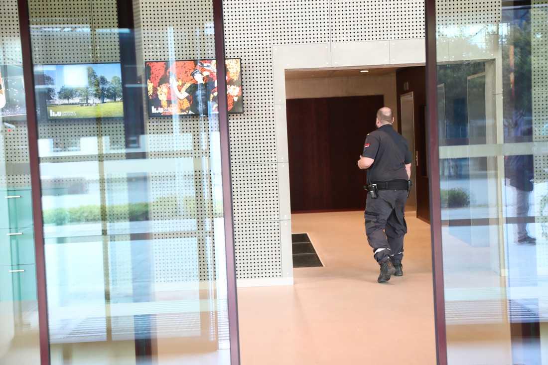 Väktare på plats efter att Linköpings universitet har utrymts efter hot framförda på affischer på skolan.
