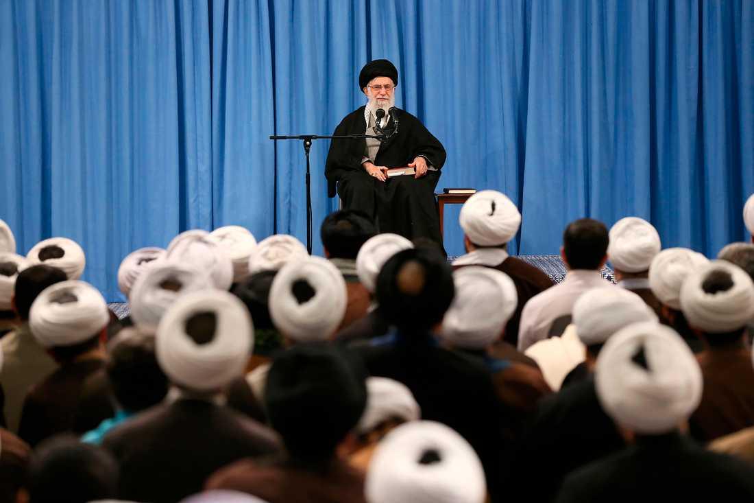 På bilden, släppt av Irans högste ledare ayatolla Ali Khameneis kansli, talar han i Teheran på söndagen.