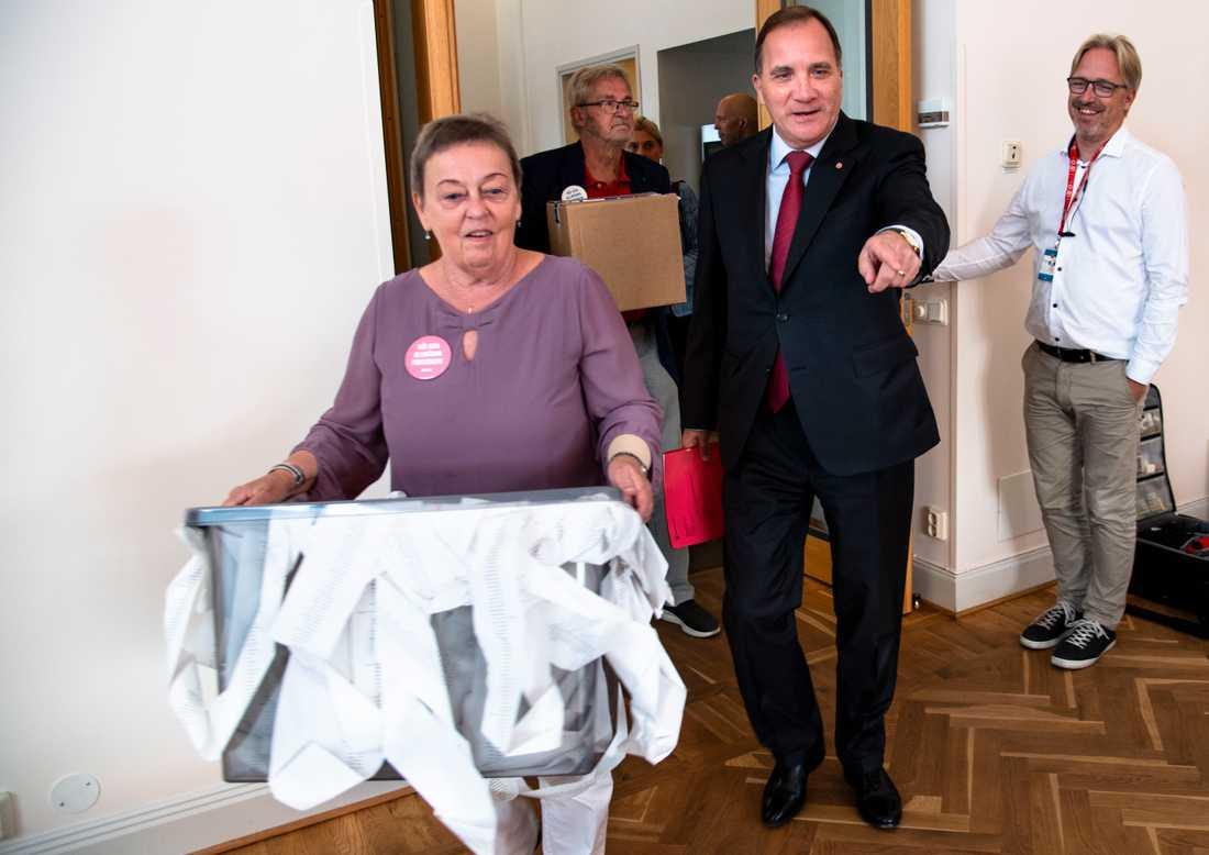 Stefan Löfven träffar Christina Tallberg, ordförande i PRO, som lämnar knappt 75000 namnunderskrifter i protest mot låga pensioner.